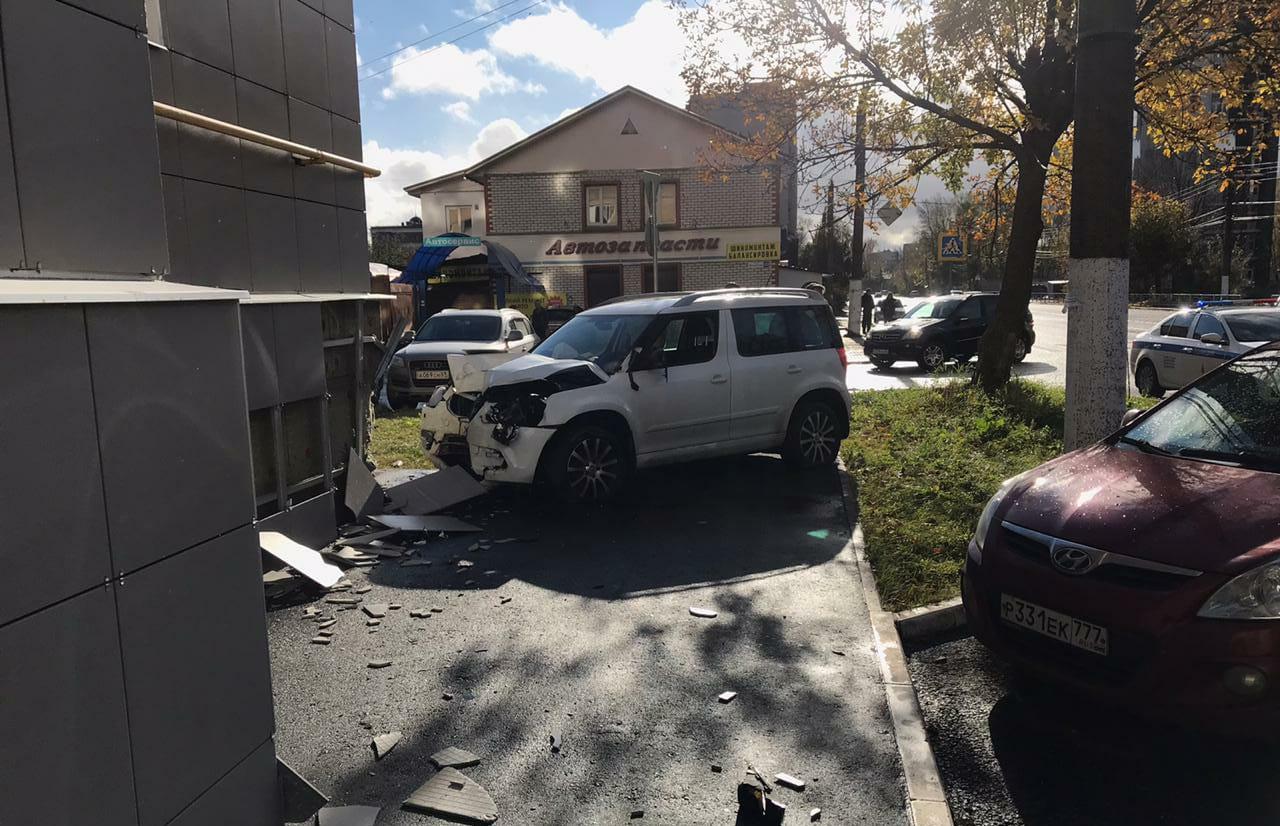 В Твери машина сбила пешехода и врезалась в здание - новости Афанасий