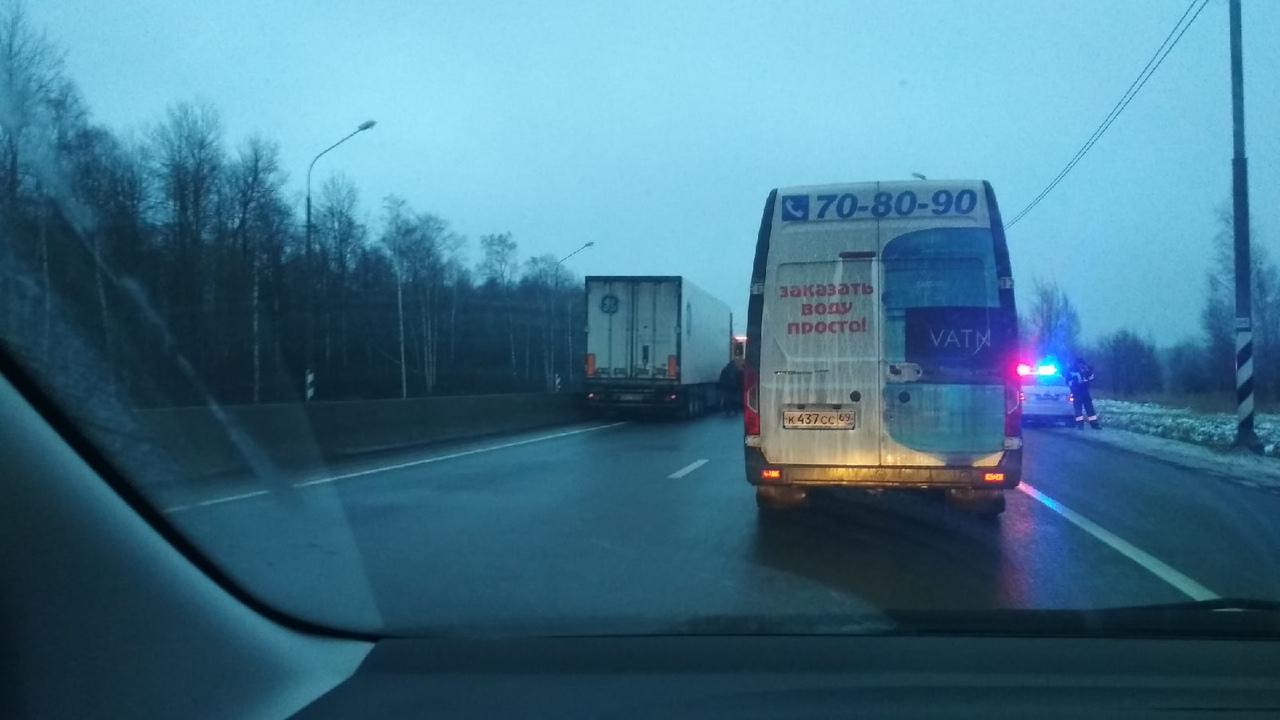 Водитель снегопогрузчика погиб в ДТП с грузовиком на трассе М10 под Тверью - новости Афанасий