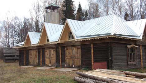Уникальный памятник деревянного зодчества – пожарное депо в Василево, разрушенное весной, восстановили / фото