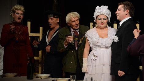 В драмтеатре сыграли «Мещанскую свадьбу»