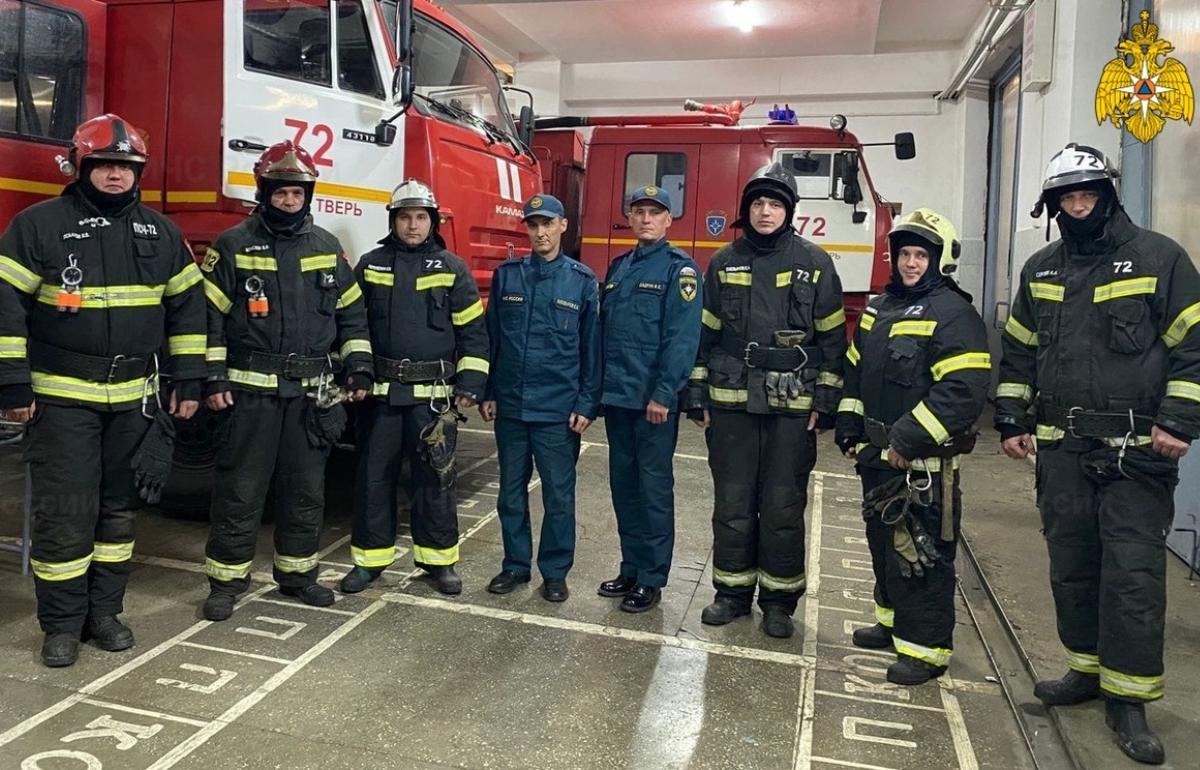 Пожарные спасли девять человек из горящего дома в поселке под Тверью