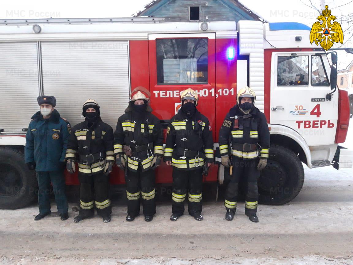В Твери пожарные спасли из горящего дома женщину, кошку и собаку - новости Афанасий