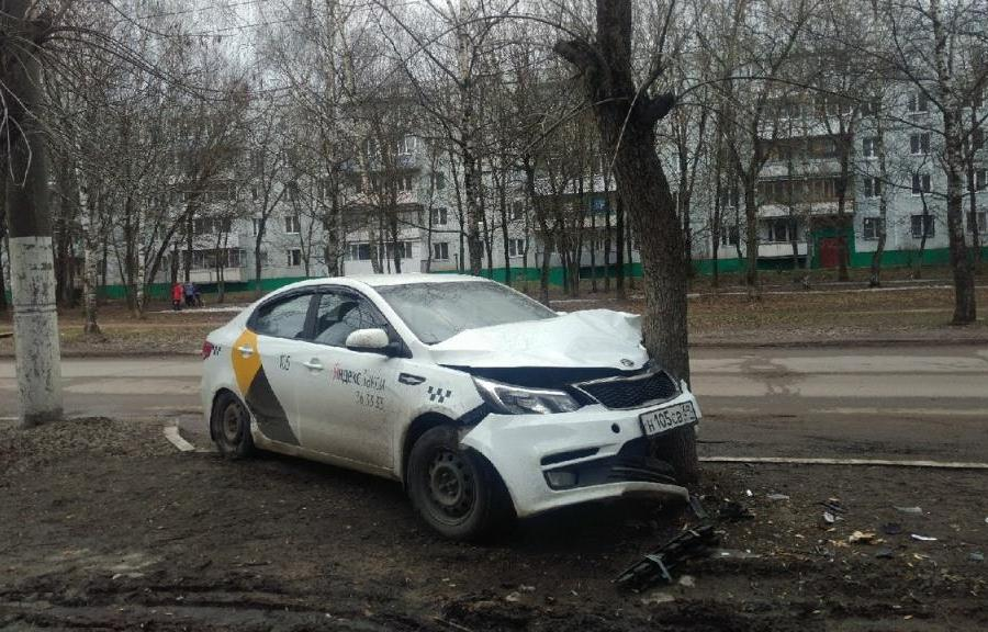 В Твери в «Южном» Яндекс такси врезалось в дерево - новости Афанасий