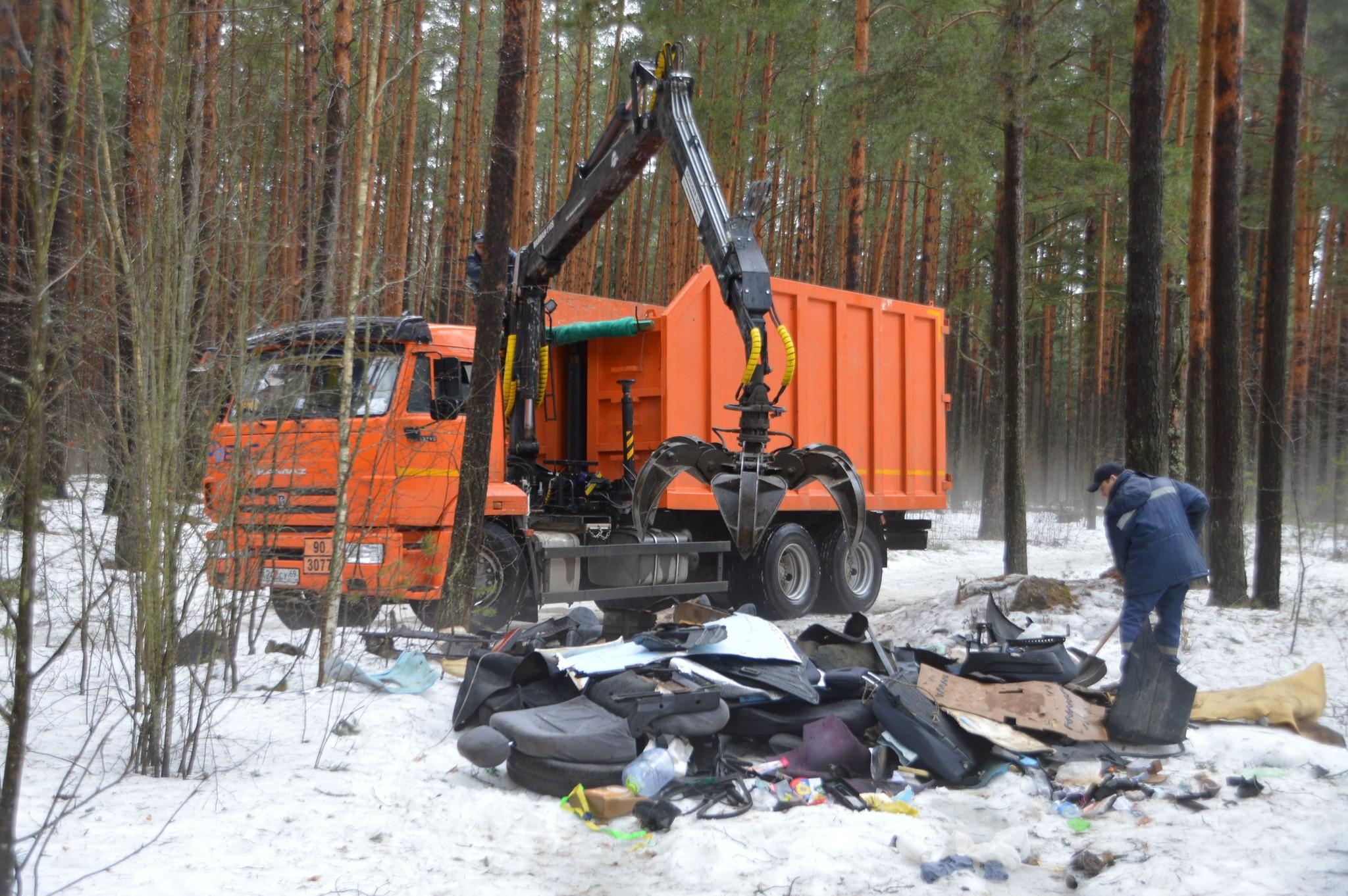 В тверских парках и рощах продолжают искать и убирать мусор