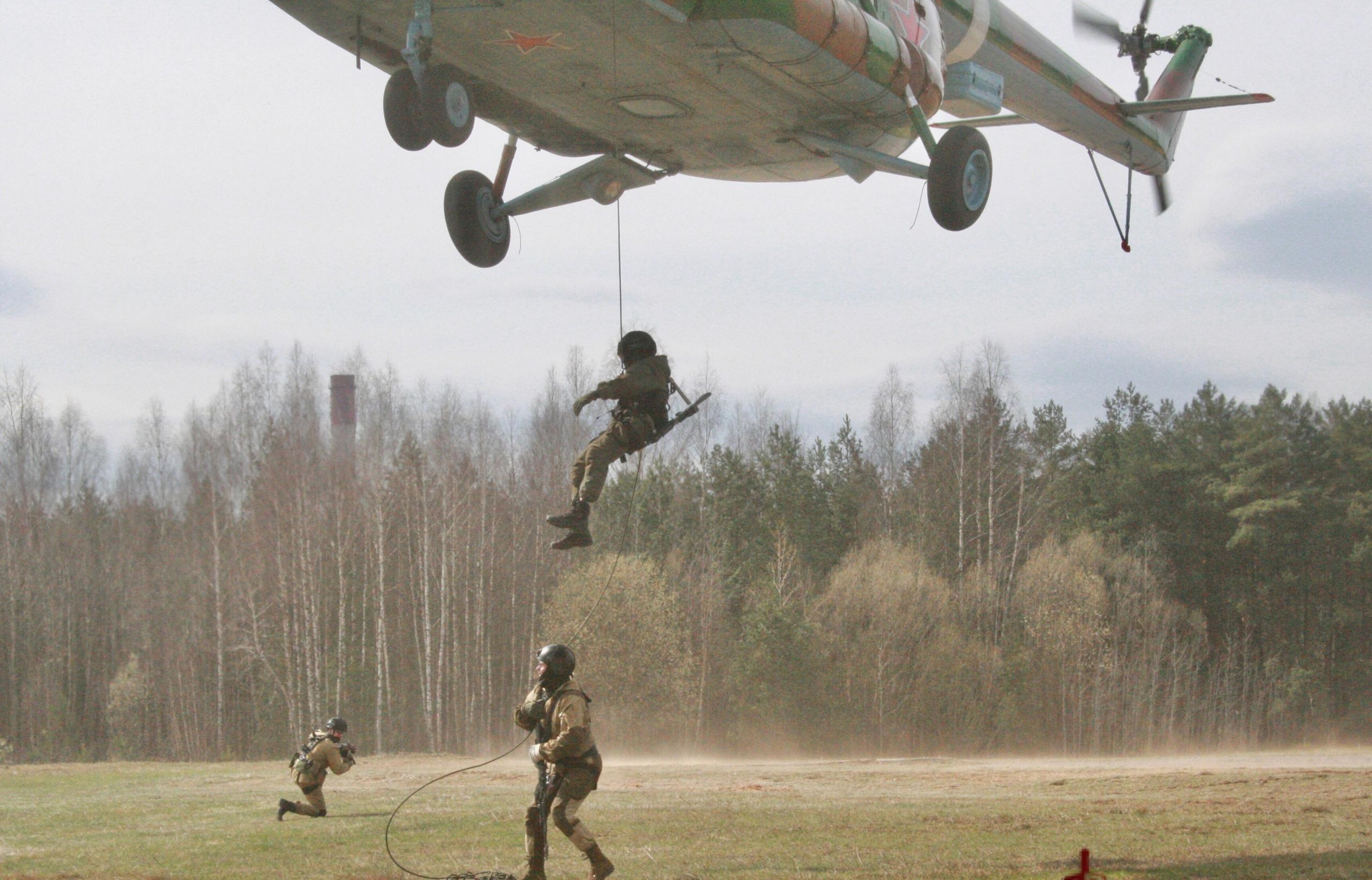 Под Тверью спецназ отрабатывал десантирование с вертолета беспарашютным способом - новости Афанасий