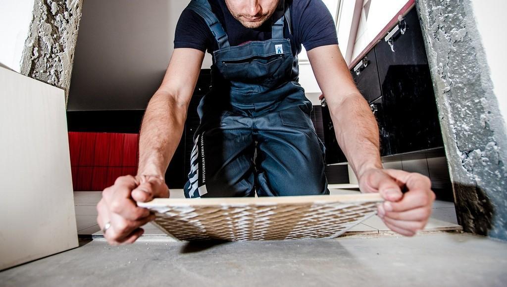 В Твери ремонтник распродавал вверенные ему стройматериалы и инструменты