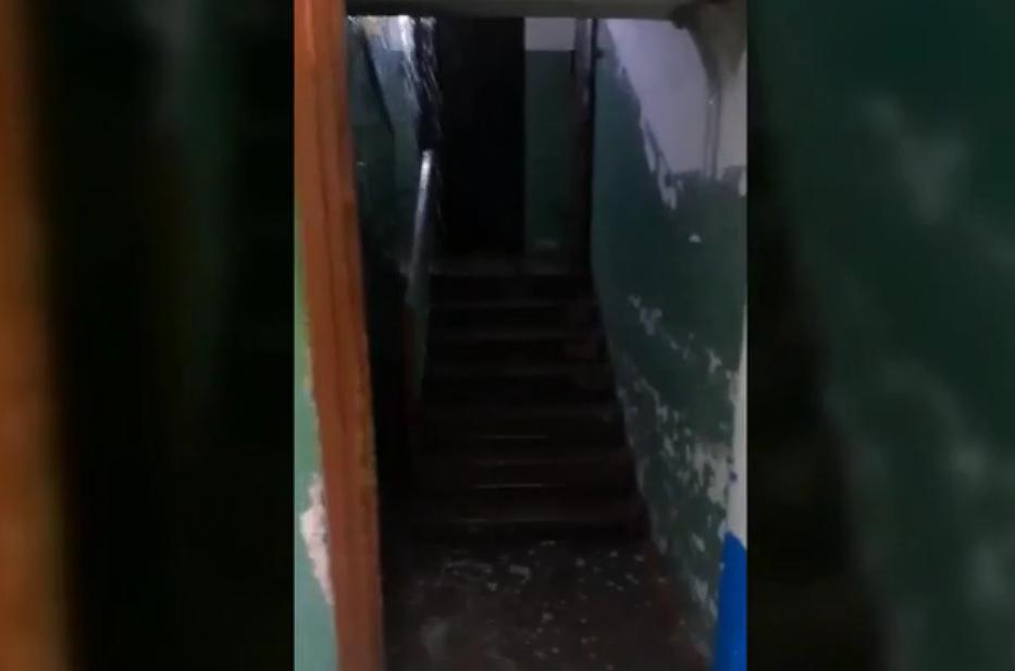 В поселке Тверской области во время ливня затопило подъезд жилого дома