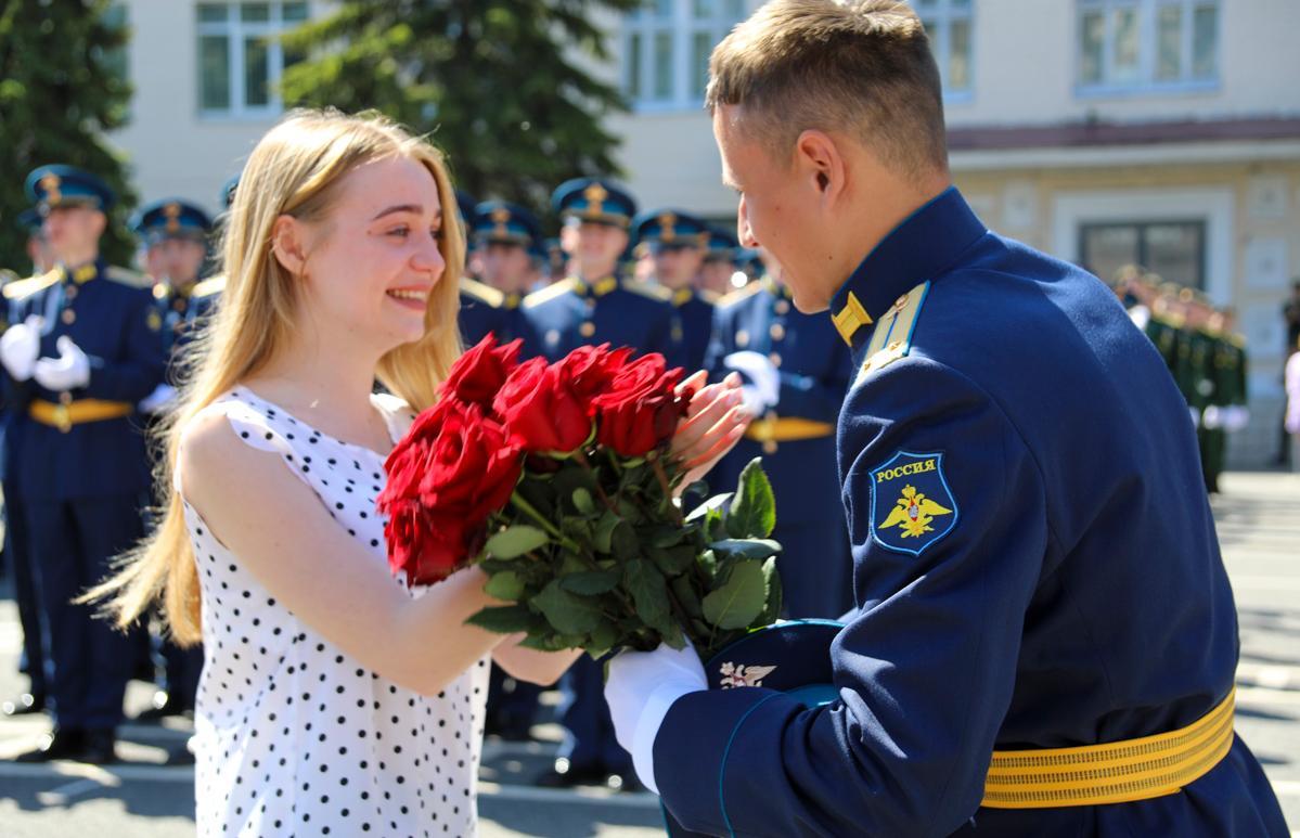 В Твери лейтенант сделал предложение своей девушке на выпускном военной академии - новости Афанасий