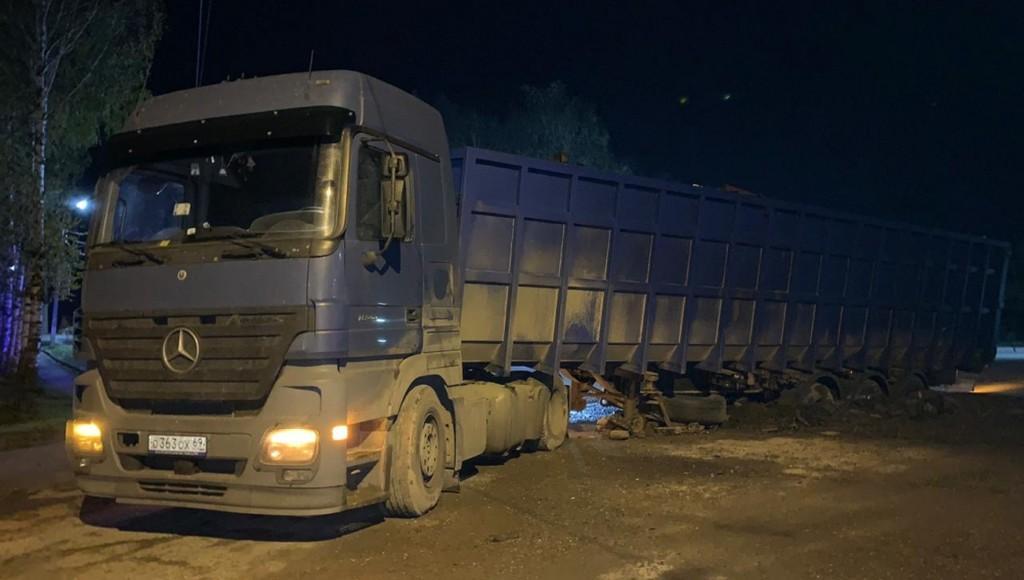 Асфальт провалился под большегрузом в Тверской области - новости Афанасий