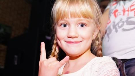"""Песни могут останавливать бомбы. Видео с девочкой Таней из Твери, исполняющей песню группы """"Тараканы!"""", за 6 дней получило 74 тысячи просмотров / видео"""