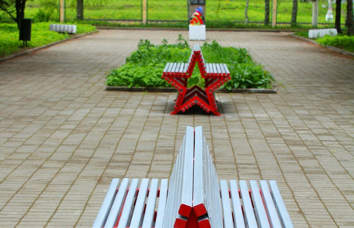 В Твери в сквере на «Горбатке» установили новые скамейки-звездочки - новости Афанасий
