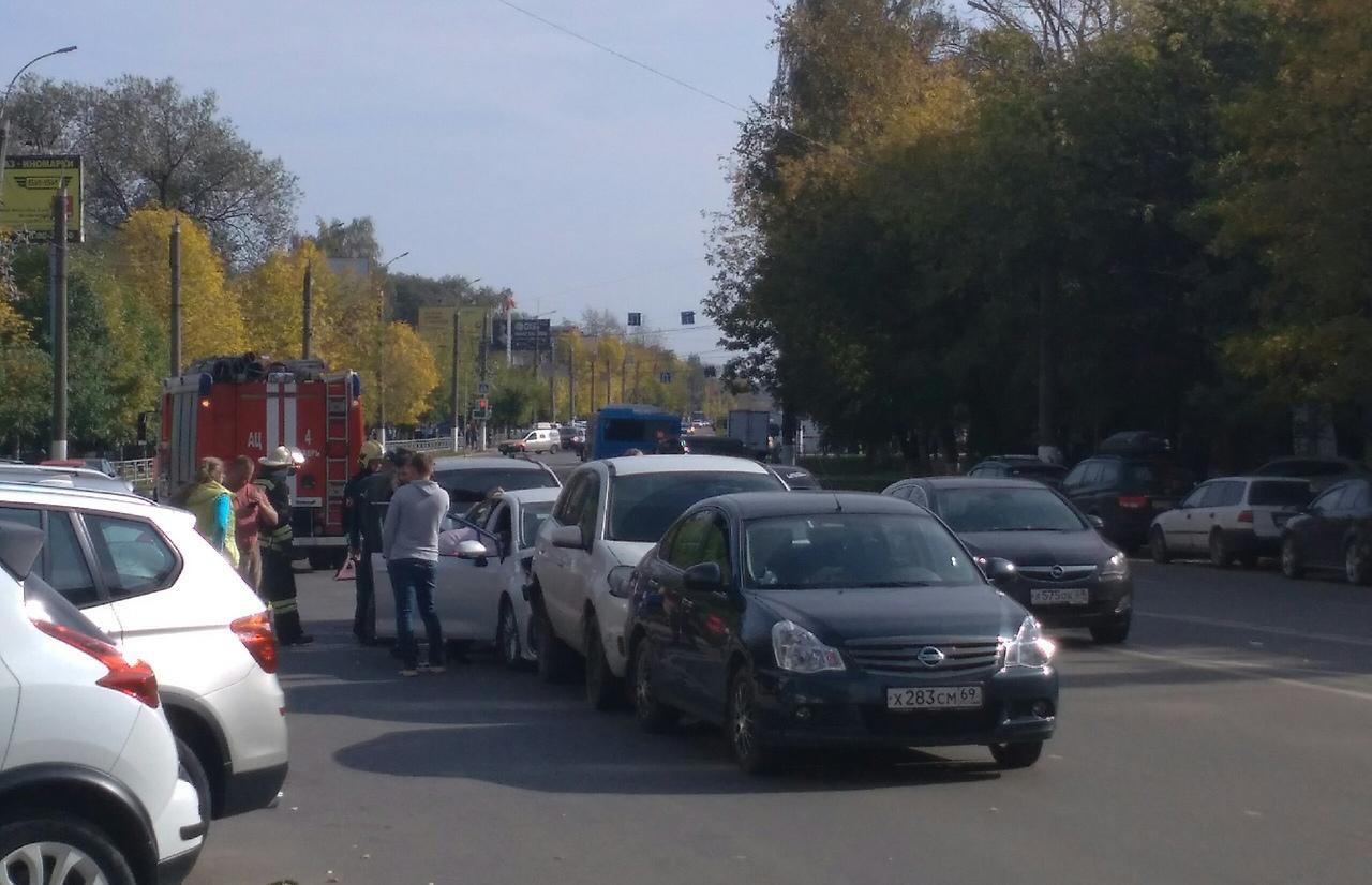 Четыре автомобиля столкнулись в Твери, на месте работают спасатели - новости Афанасий