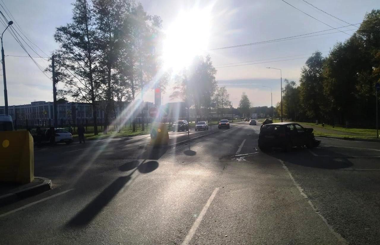 В Твери на проспекте Корыткова столкнулись две легковушки