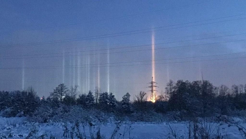 В небе над Тверью появились световые столбы
