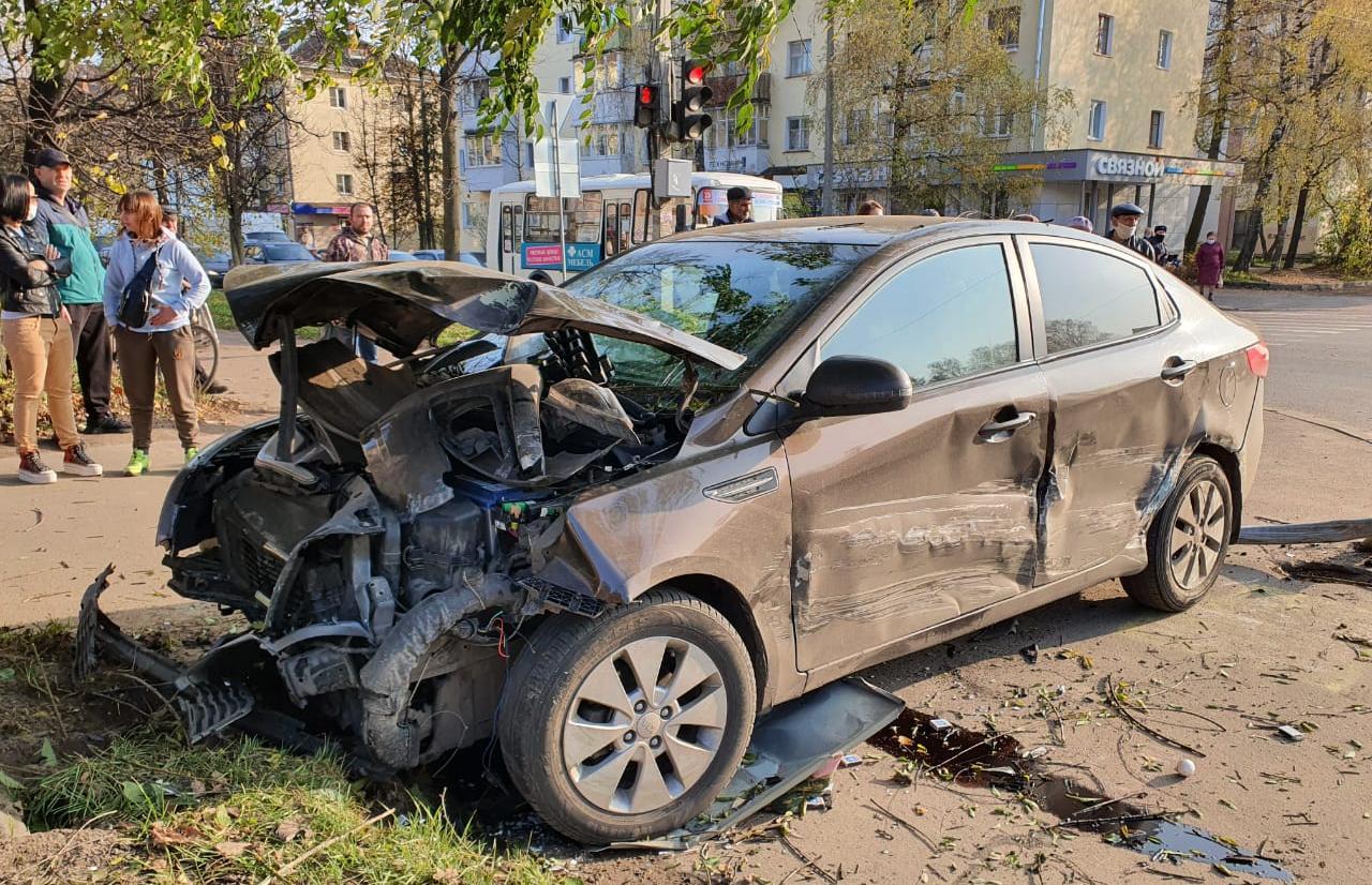 В Ржеве столкнувшаяся с Ладой иномарка вылетела на тротуар и сбила женщину - новости Афанасий