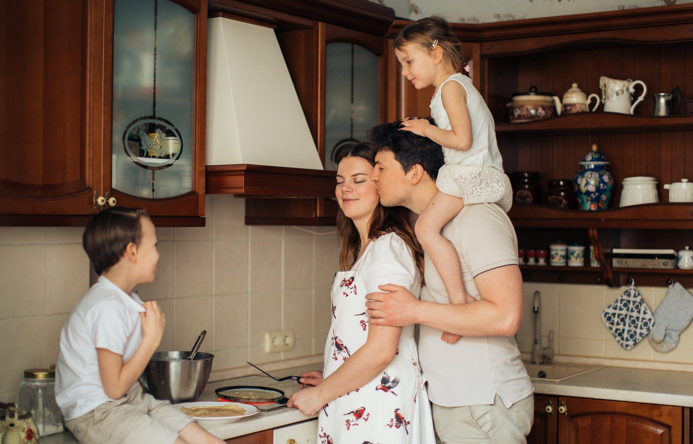 На выплаты семьям с детьми выделят 900 млрд рублей - новости Афанасий