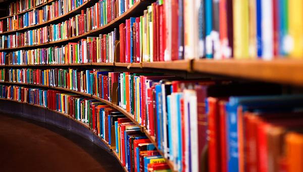 Сделать селфи с самой большой и самой маленькой книгой приглашает тверская библиотека им. Герцена