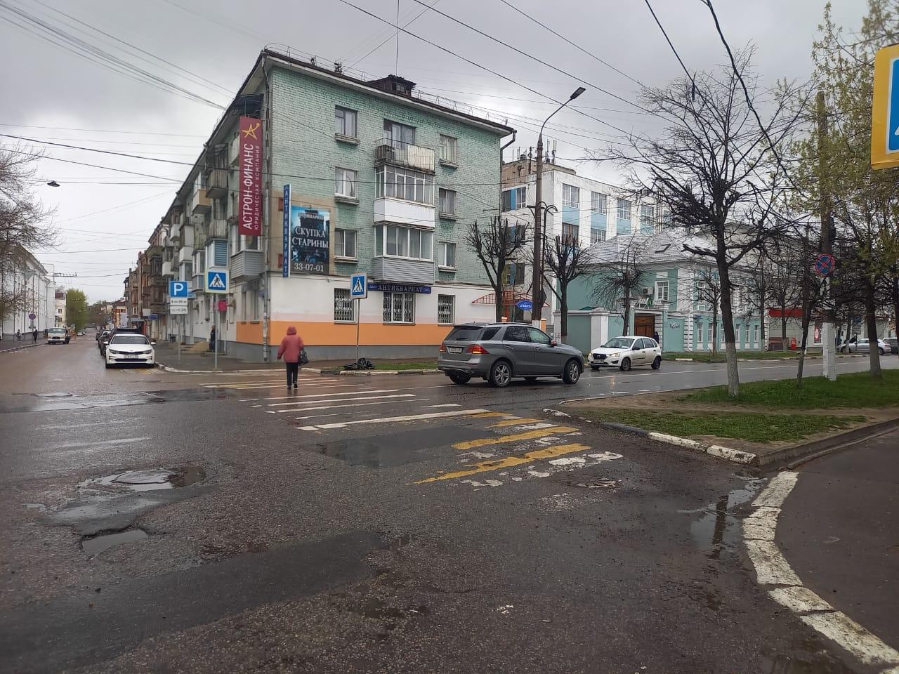 В центре Твери водитель иномарки сбил переходившую дорогу женщину