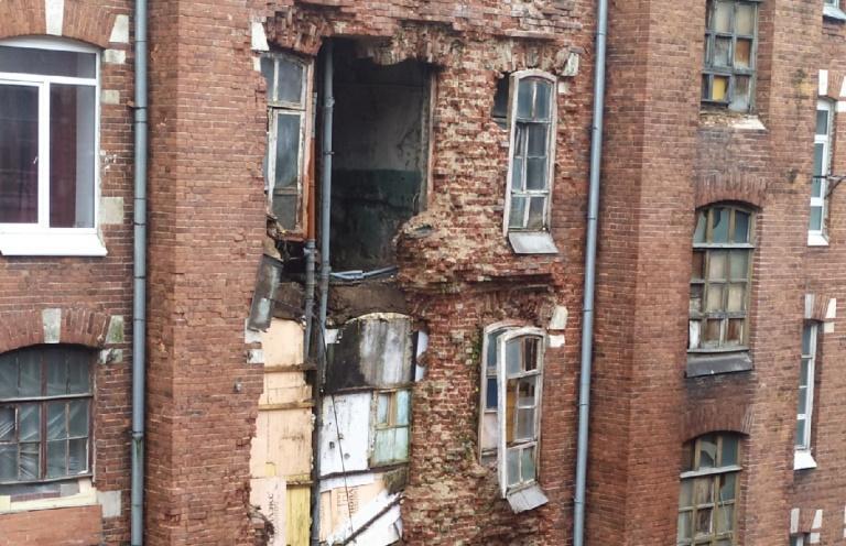 В Твери частично обрушилась стена одной из казарм Берга