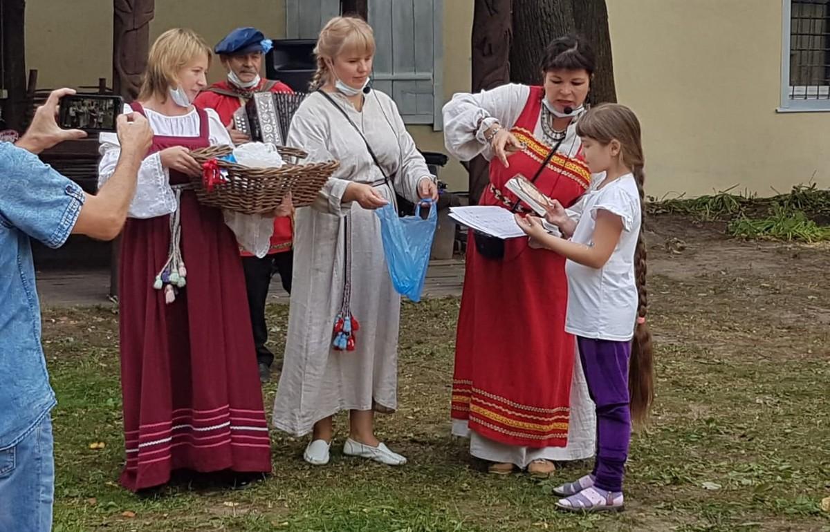Обладательницей самой длинной косы на конкурсе в Торжке Тверской области стала 9-летняя девочка