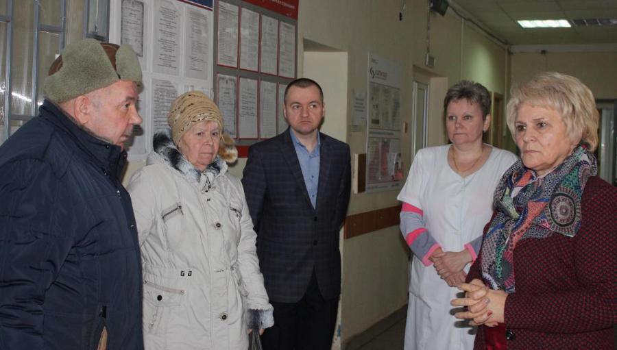 В одной из больниц Тверской области трещины на стенах заклеены скотчем и иконой