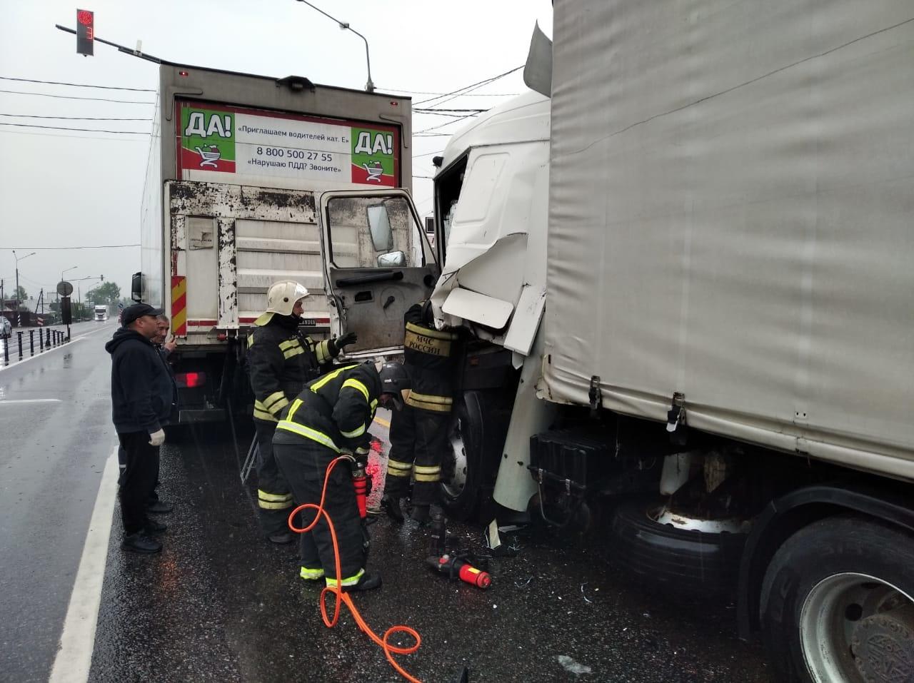 Пострадавшего в ДТП на М10 водителя фуры деблокировали из разбитой кабины спасатели - новости Афанасий
