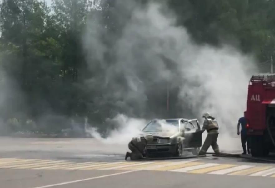 В Тверской области пожарные тушили загоревшийся на дороге автомобиль