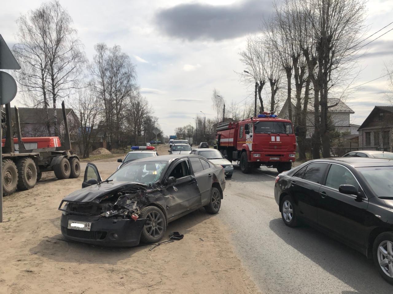 Женщина и ребенок пострадали в ДТП с легковушкой и КамАЗом в Твери - новости Афанасий