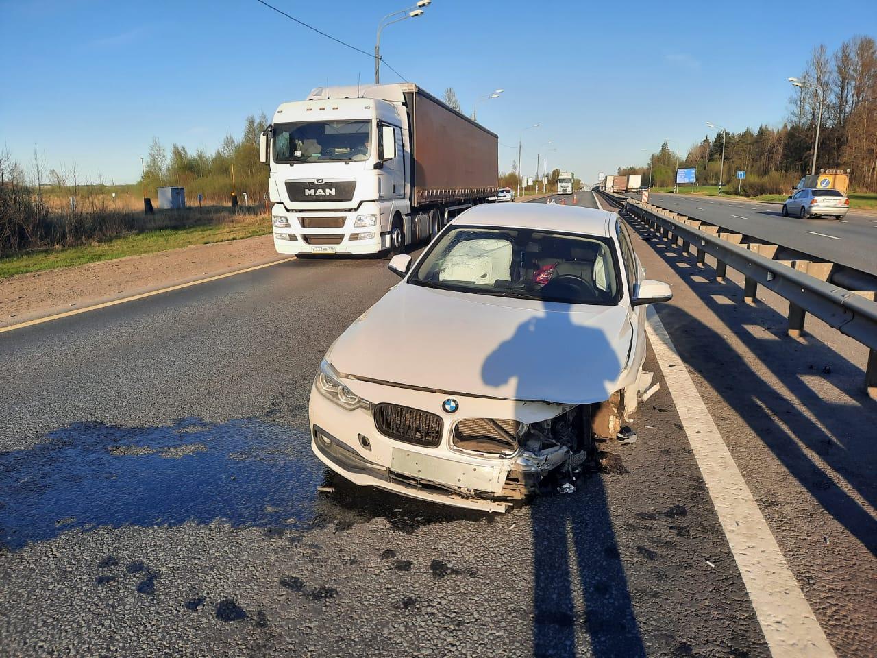 На М11 в Тверской области водитель BMW протаранил отбойник, пострадала женщина