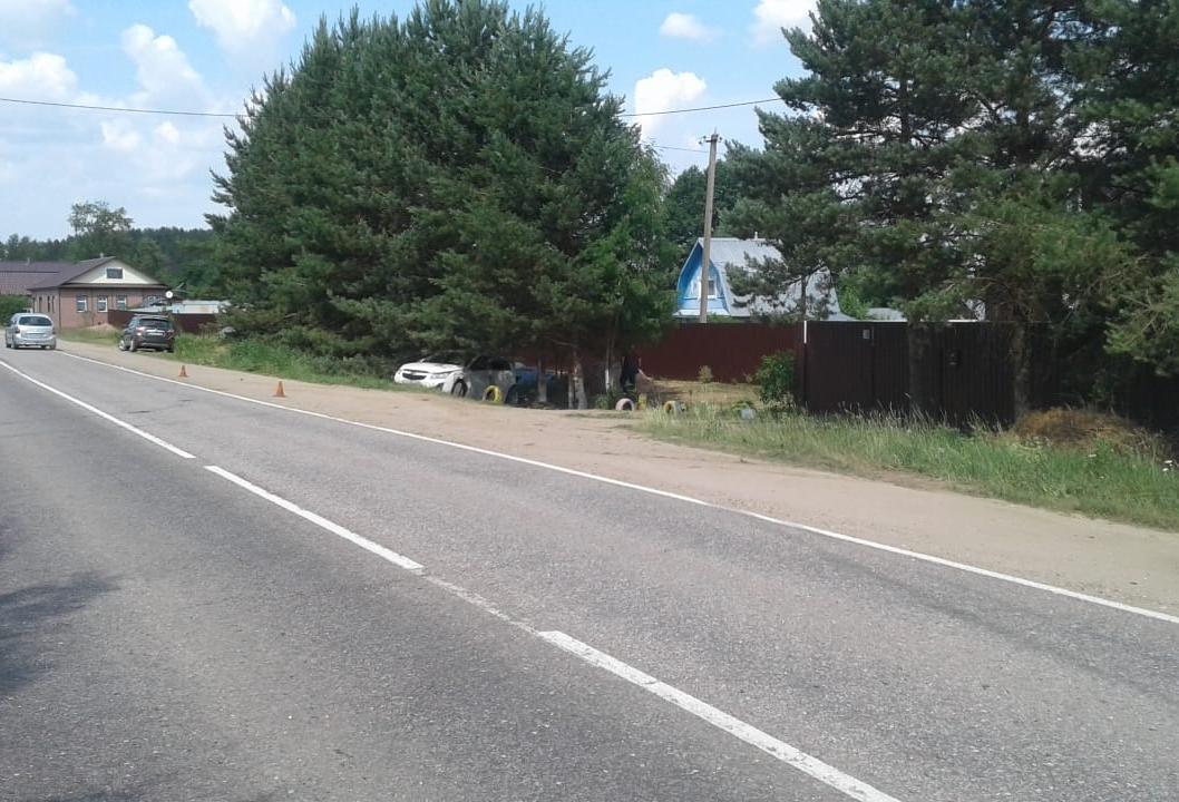 Женщина получила травмы в съехавшей с дороги легковушки в Тверской области