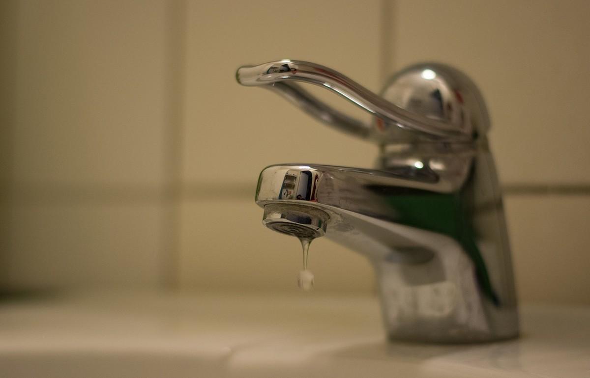 В Тверской области коммунальщиков оштрафовали за отключение воды в школе, центре соцобслуживания и домах - новости Афанасий