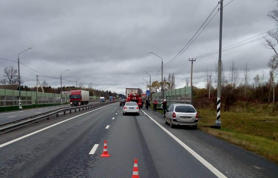 На М-10 в Тверской области грузовик прижал легковушку к ограждению - новости Афанасий