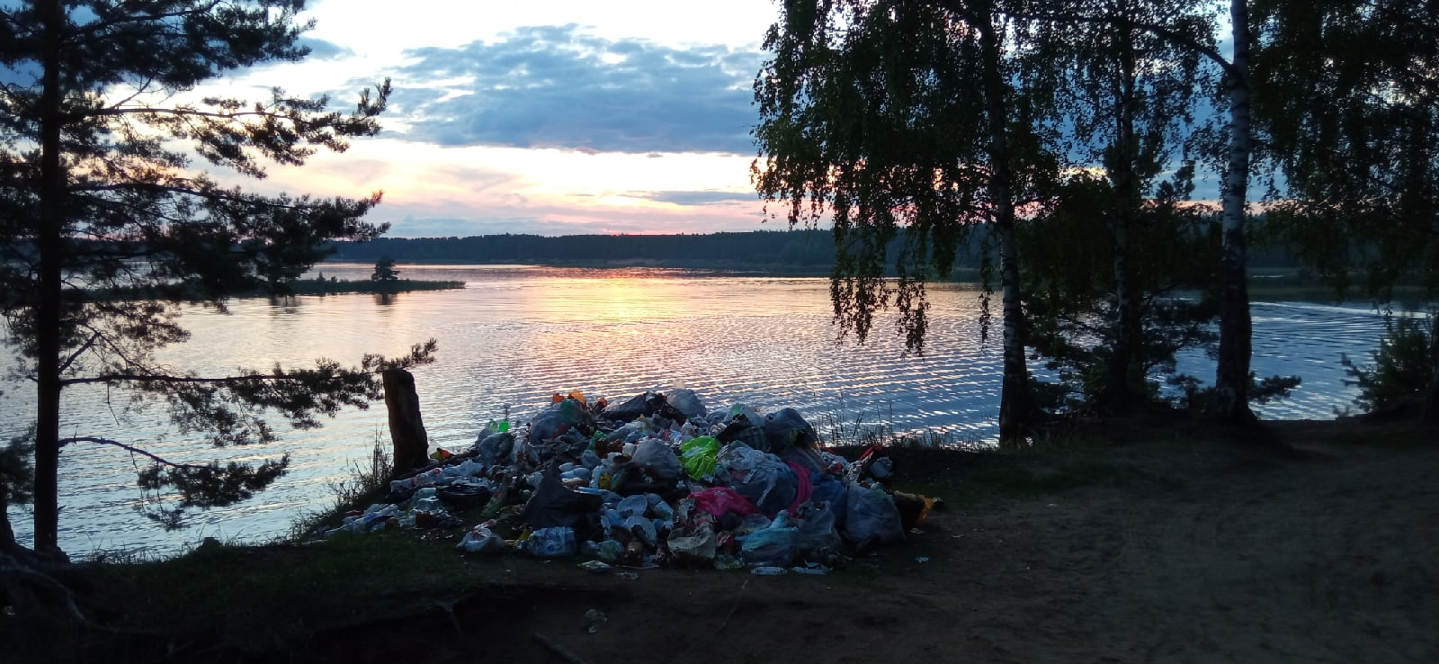 «Гадят там, где отдыхают». Жители Калининского района фотографируют горы мусора на карьерах под Тверью