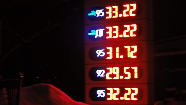 Бензин в Тверской области: оптовые цены растут, розничные — не меняются