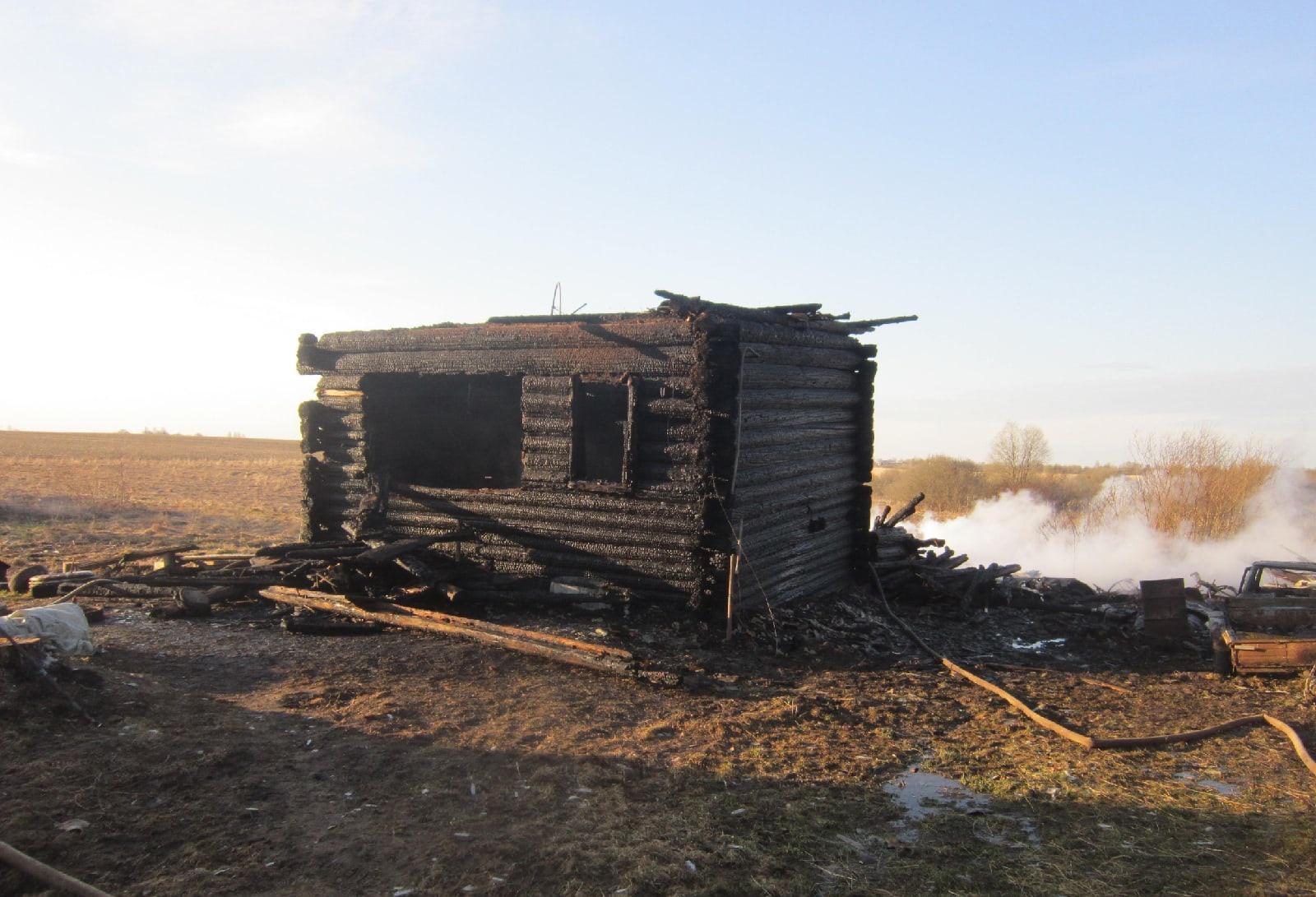 Следователи опрашивают жителей деревни Тверской области, где в огне пожара погибли два человека