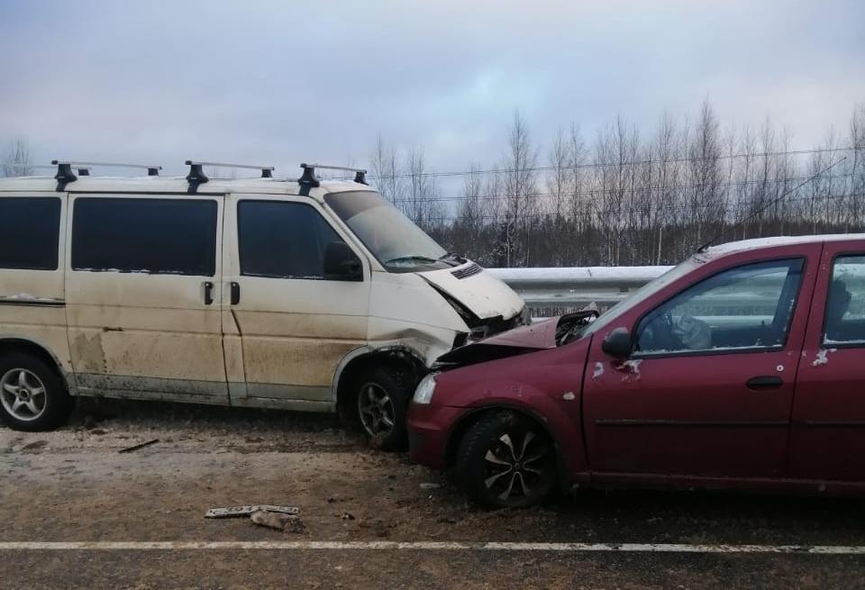 В Тверской области водитель минивэна выехал на встречную полосу и спровоцировал ДТП с пострадавшим