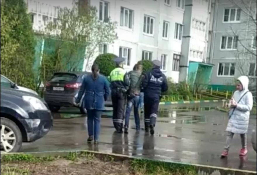 В Твери автоинспекторы разбудили и отвели домой пьяного мужчину, уснувшего в машине