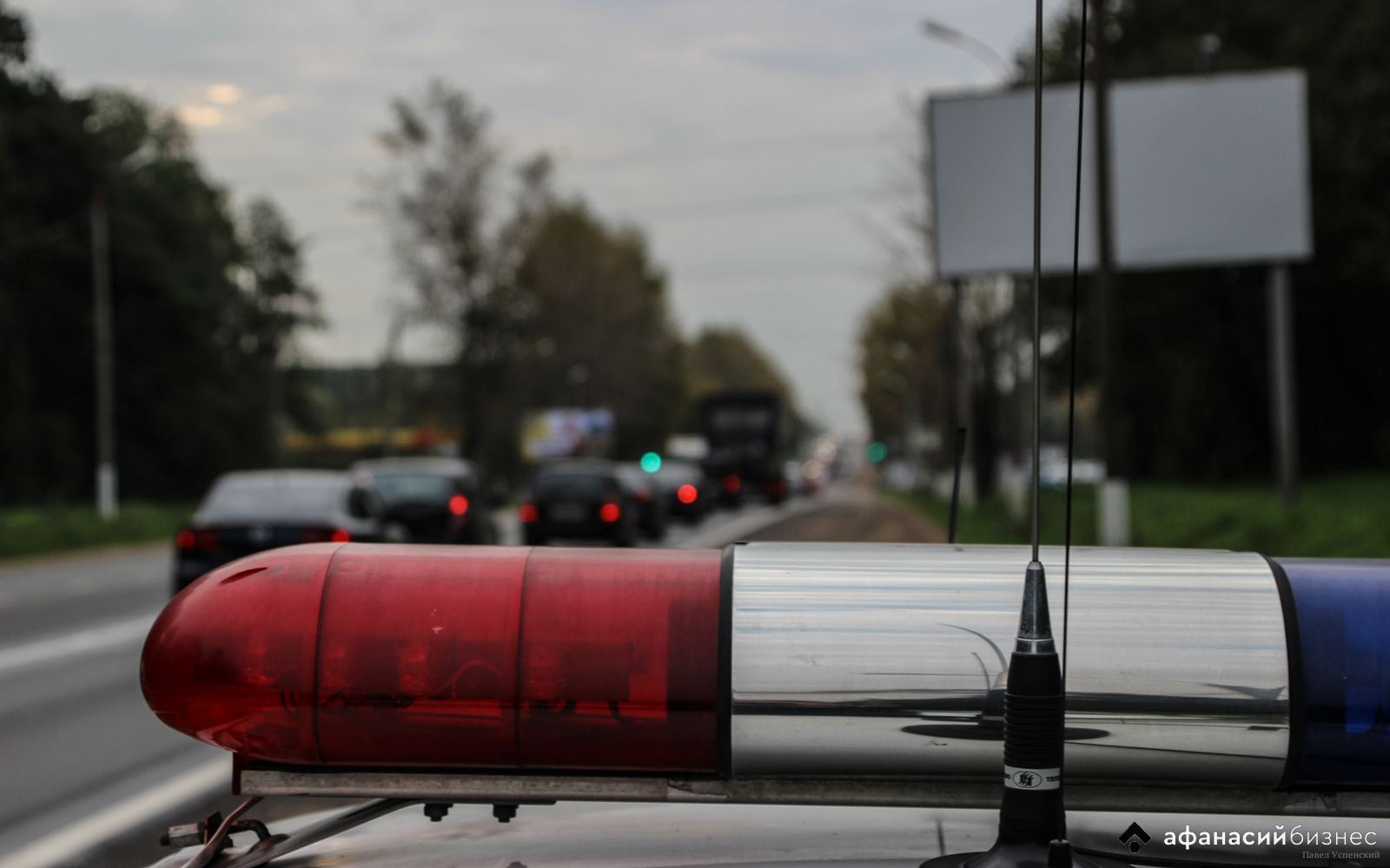 На дороге в Тверской области «Ока» снесла ограждение и перевернулась в кювет, пострадал водитель