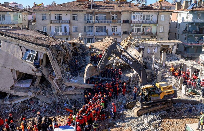 Почти 40 человек погибли при землетрясении в Турции