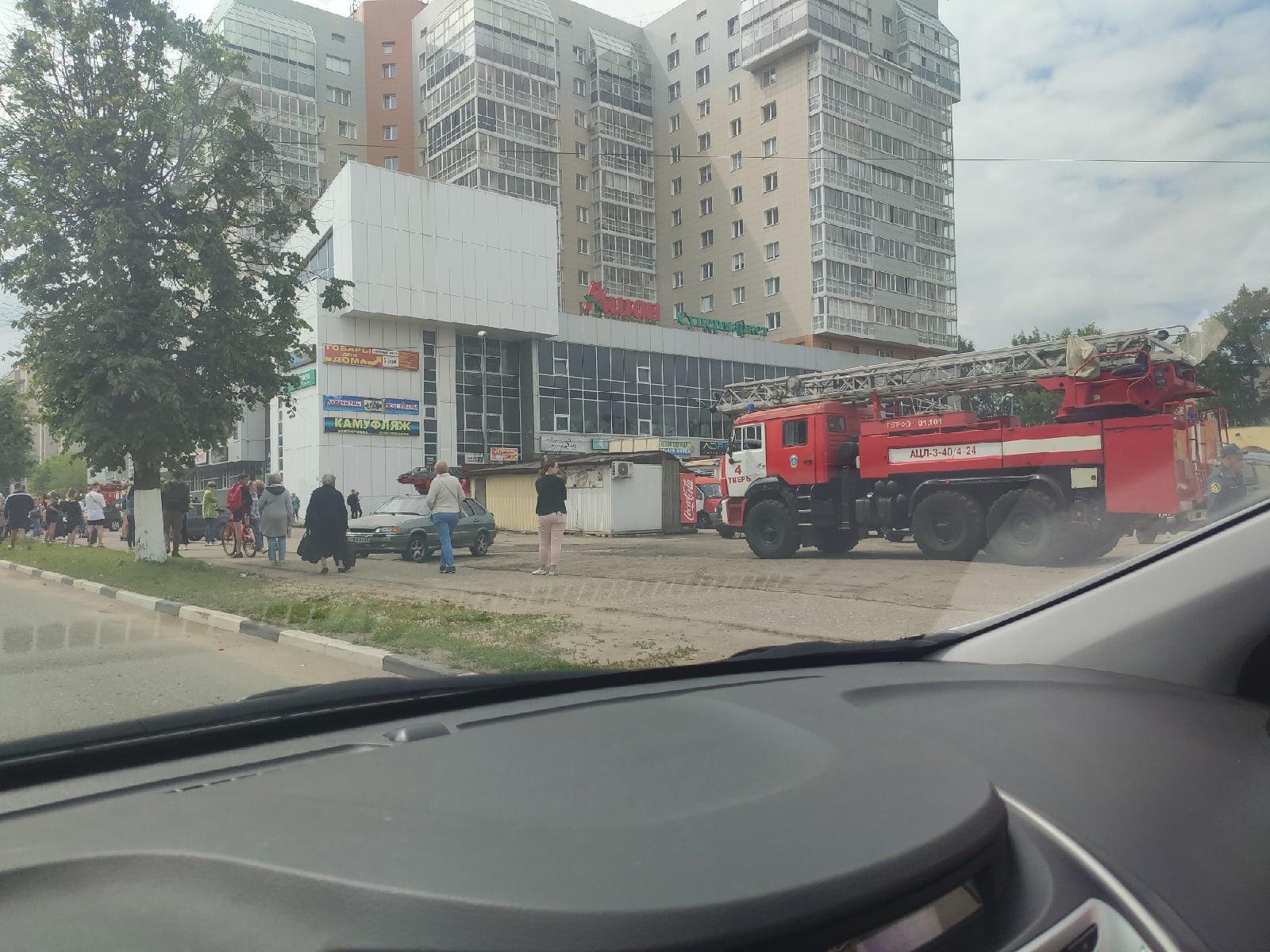 В Твери загорелся торговый центр
