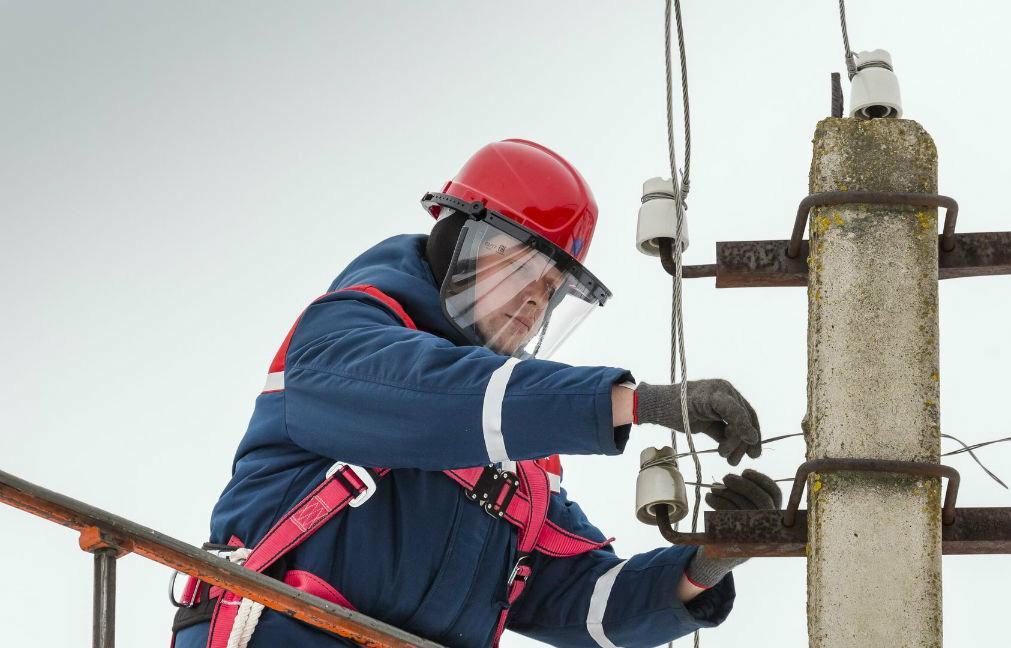 Энергетики продолжают восстанавливать после урагана электроснабжение потребителей Тверской области - новости Афанасий