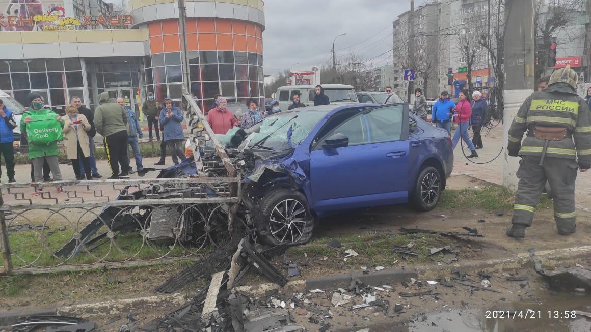 Жесткое ДТП с пострадавшими в Твери: одна из легковушек после столкновения вылетела на тротуар - новости Афанасий