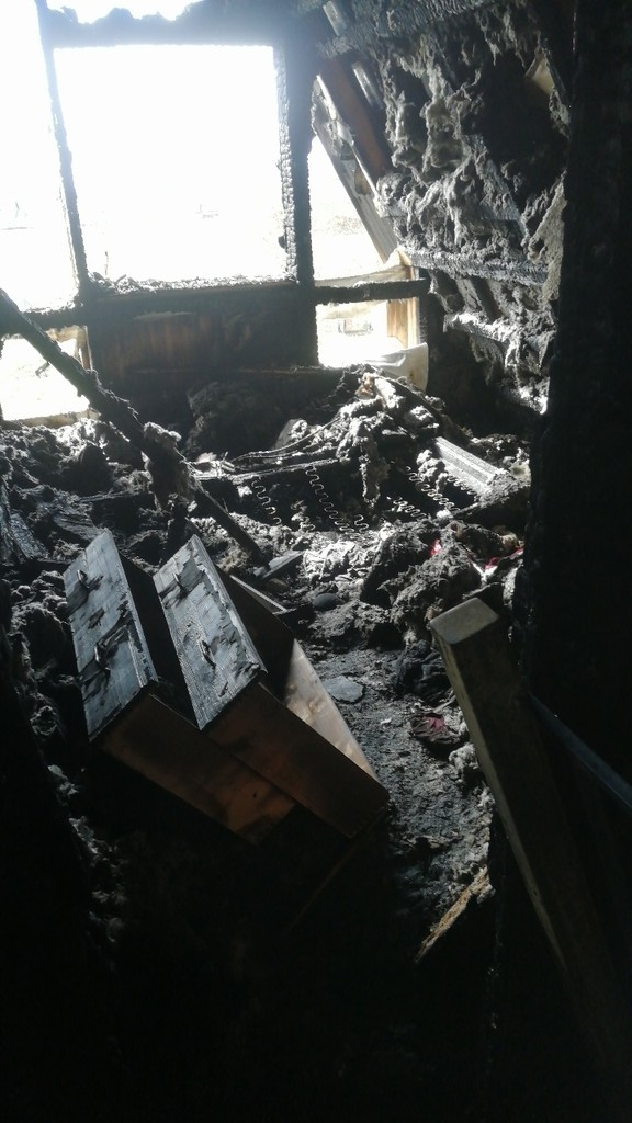 Под Тверью сгорел дом многодетной матери, семье нужна помощь