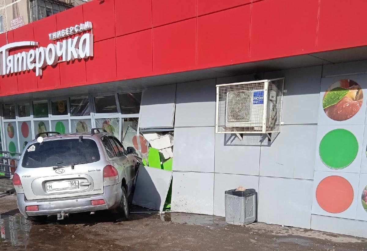 «В пятерочку»: в Твери легковушка протаранила стену магазина - новости Афанасий