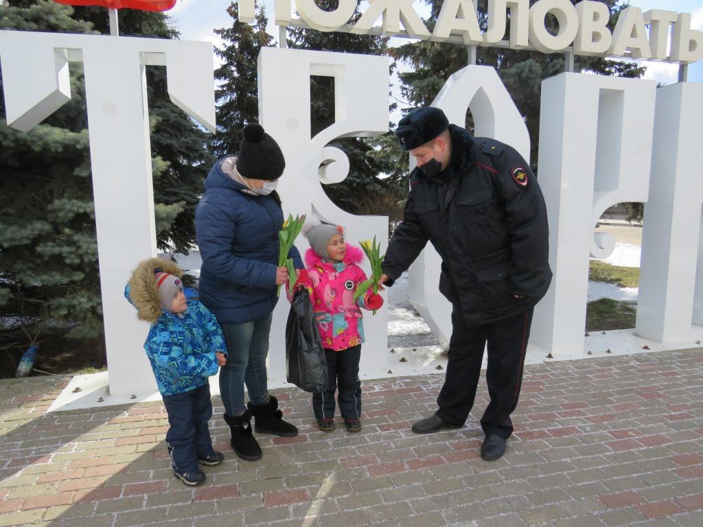 В Твери железнодорожные полицейские поздравили женщин с 8 марта