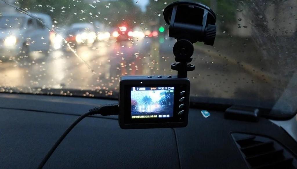 Житель Твери за неделю украл шесть видеорегистраторов из чужих машин