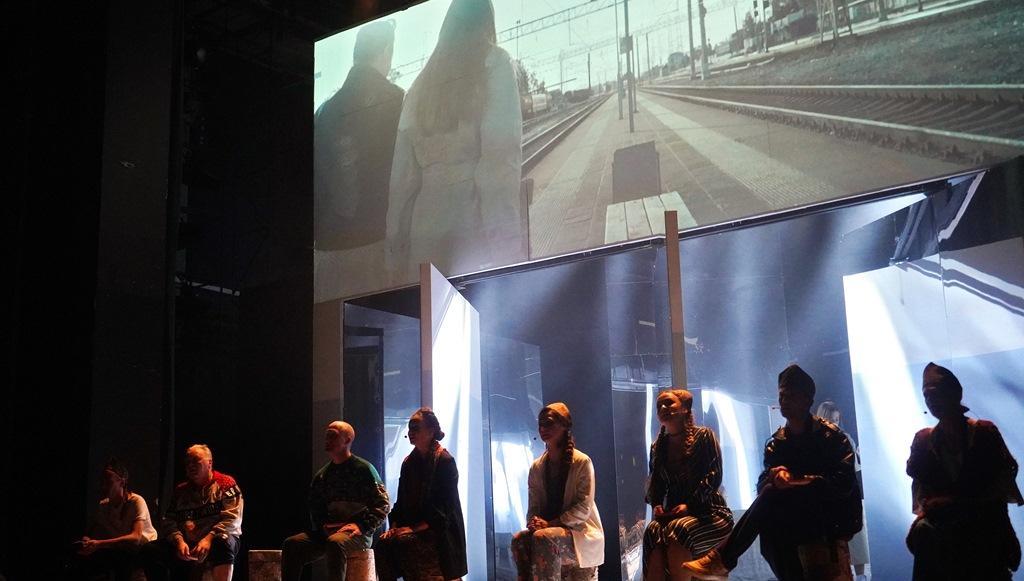 Отражения Твери: на сцене ТЮЗа появились бомж-киллер и работница магазина для взрослых в кокошнике