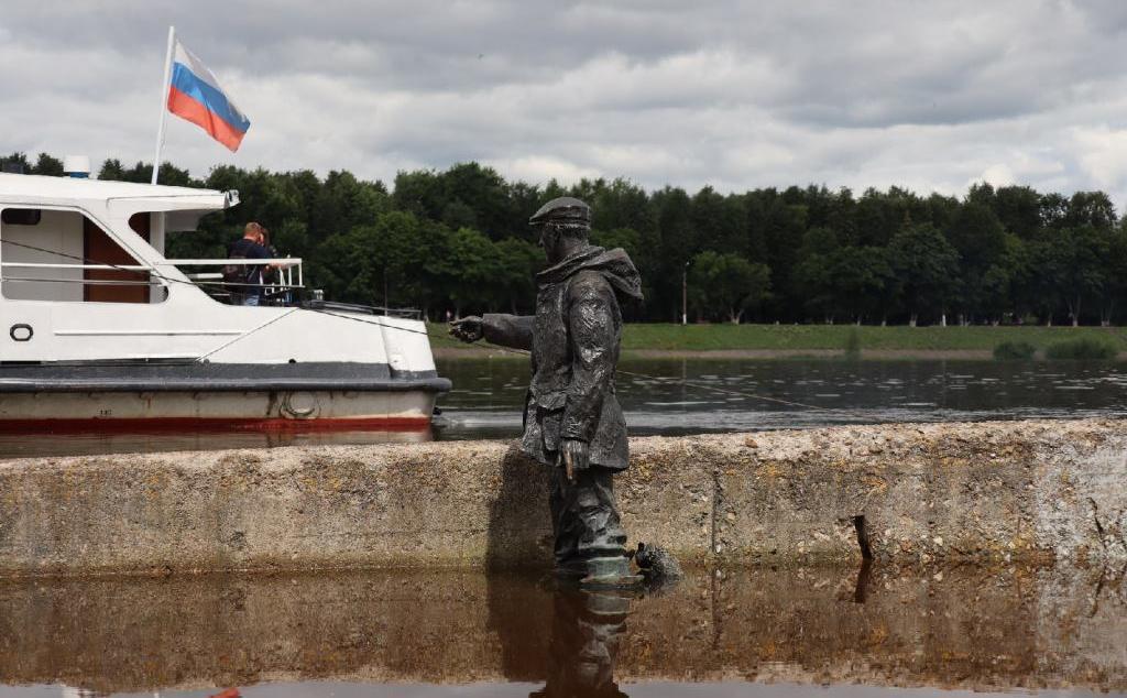 Коту — по шею, мужчине — по колено. Бронзовый рыбак на набережной Твери уходит в воду