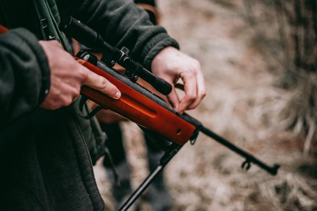 Следственный отдел по городу Конаково СУ СК РФ по Тверской области закончил расследование уголовного дела в отношении 37-летнего мужчины, который обвинялся в незаконной охоте и причинении смерти по неосторожности.