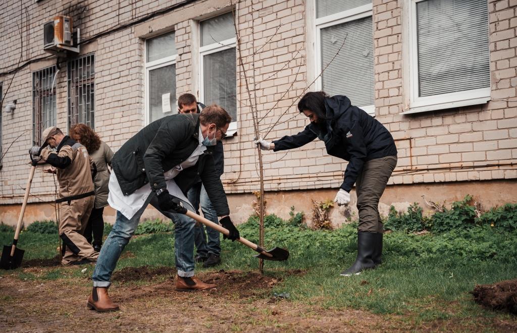 В Калининской ЦРБ субботник приурочили к возобновлению плановой работы больницы и поликлиники - новости Афанасий